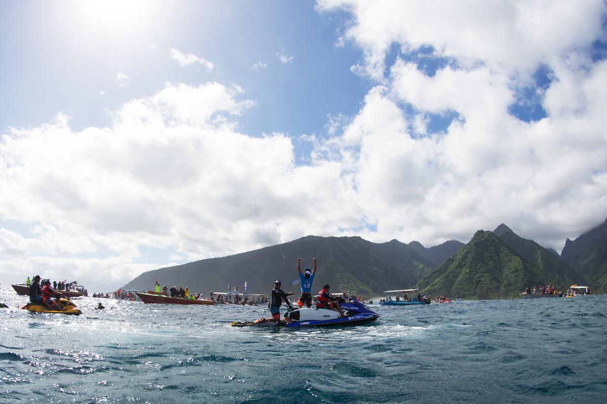 Jeremy Flores wins the 2015 Billabong Tahiti Pro. Photo: @dmosqphoto @aframephoto